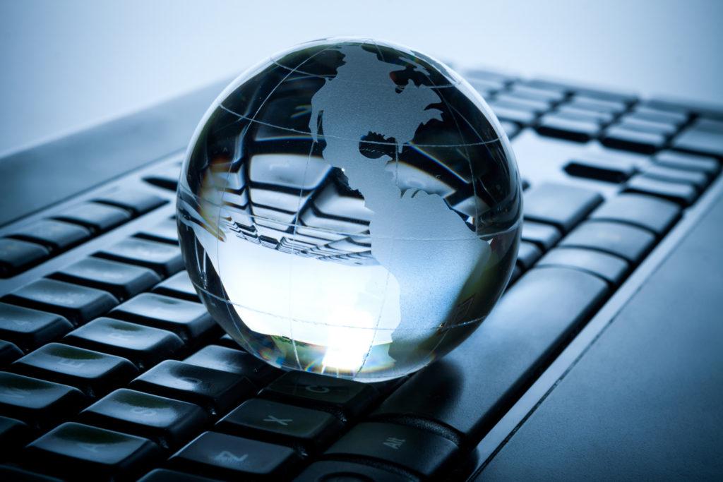 En globus på et tastatur.